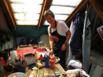 Tina Strobel im Atelier in Ainring